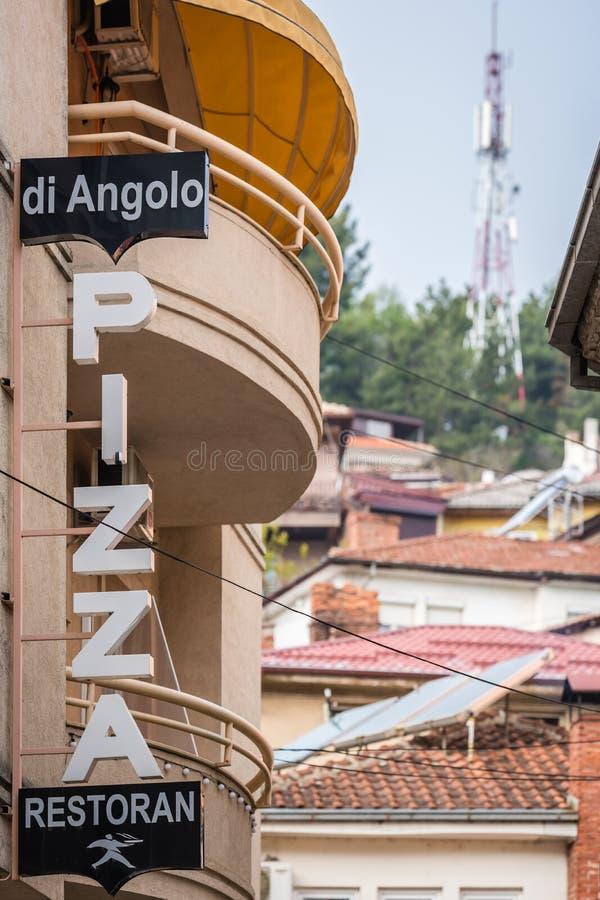 Pizzerian undertecknar in den Ohrid staden royaltyfria bilder