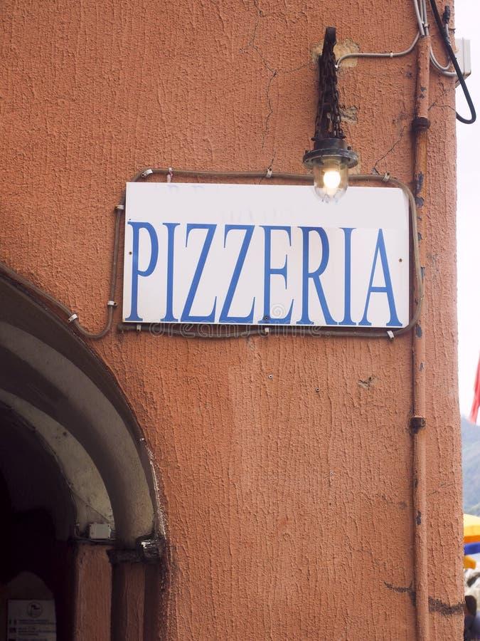 Pizzeriarestaurangtecken på gammal byggnad i Vernazza Cinque Terre Italy royaltyfria foton