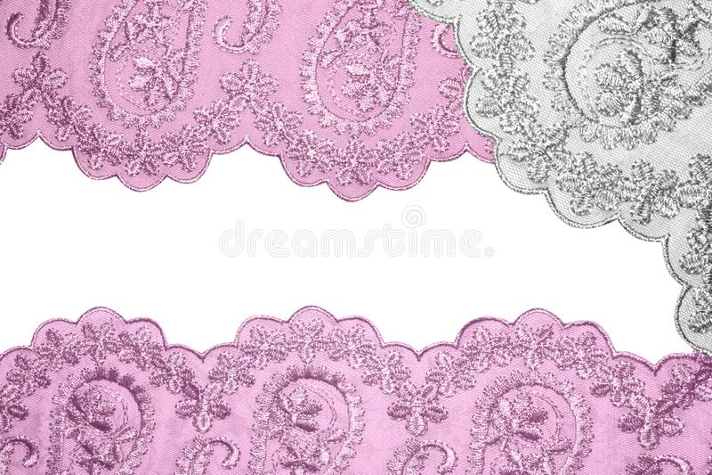 Pizzo rosa su tessuto bianco immagini stock libere da diritti