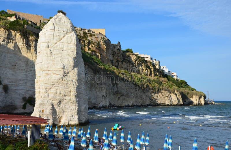 Pizzomunno - um monólito rochoso vertical na cidade de Vieste foto de stock royalty free