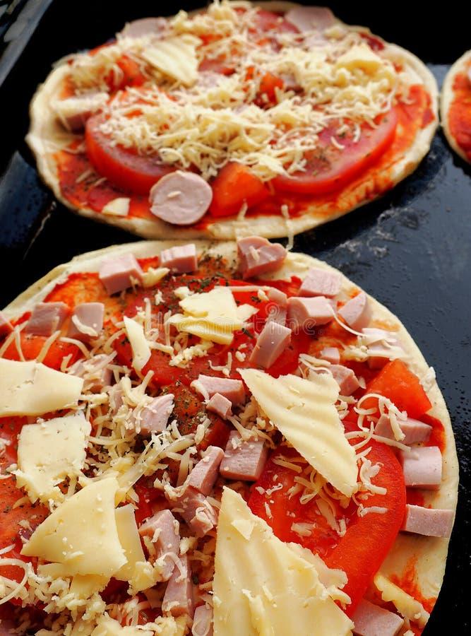 Pizzy ciasto z pomidorowym kumberlandem na wypiekowej tacy obraz royalty free