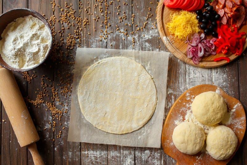 Pizzy ciasto z składnikami na drewnie fotografia stock
