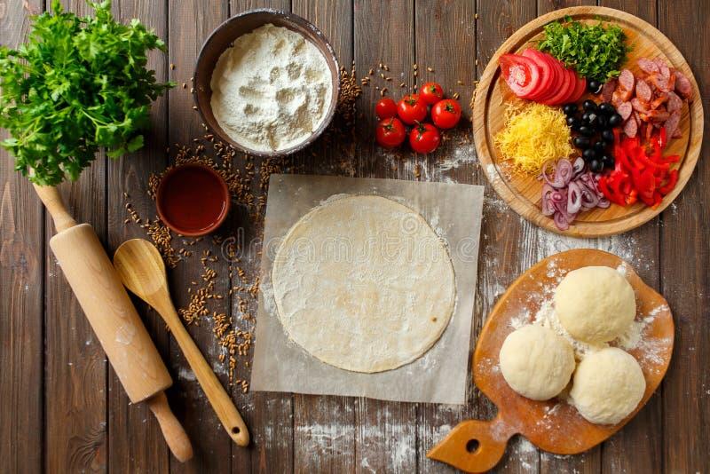 Pizzy ciasto z składnikami na drewnie zdjęcie royalty free