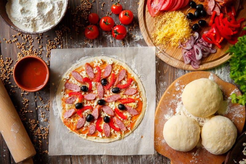 Pizzy ciasto z składnikami na drewnie obrazy royalty free