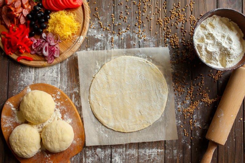 Pizzy ciasto z składnikami na drewnie zdjęcie stock