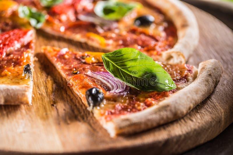 Pizzy diavolo tradycyjny włoski posiłek od korzennego salami peperon fotografia stock