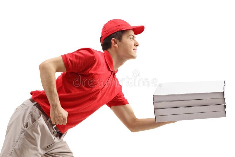 Pizzy doręczeniowa chłopiec z pizzą boksuje opierać naprzód obraz royalty free