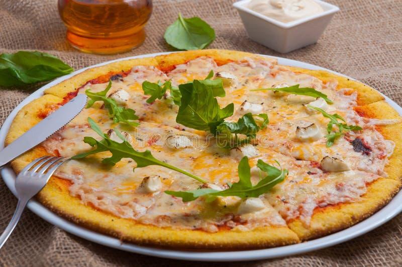 Pizzy 4 ser z arugula i gorącym kumberlandem fotografia stock