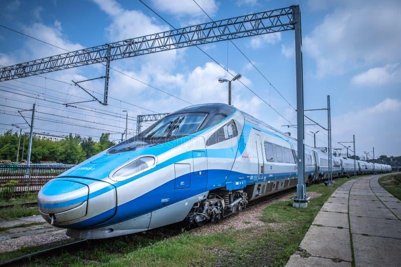 pkp城市间的高速火车pendolino. 通信工具, 运输.图片