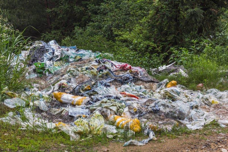 Plástico, basura, y basura en China rural foto de archivo