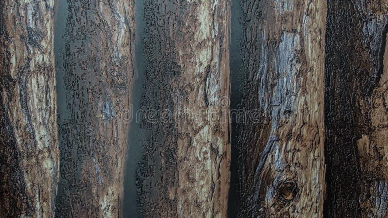 Plástico brilhante áspero com fundo de madeira escuro do teste padrão dos logs imagens de stock