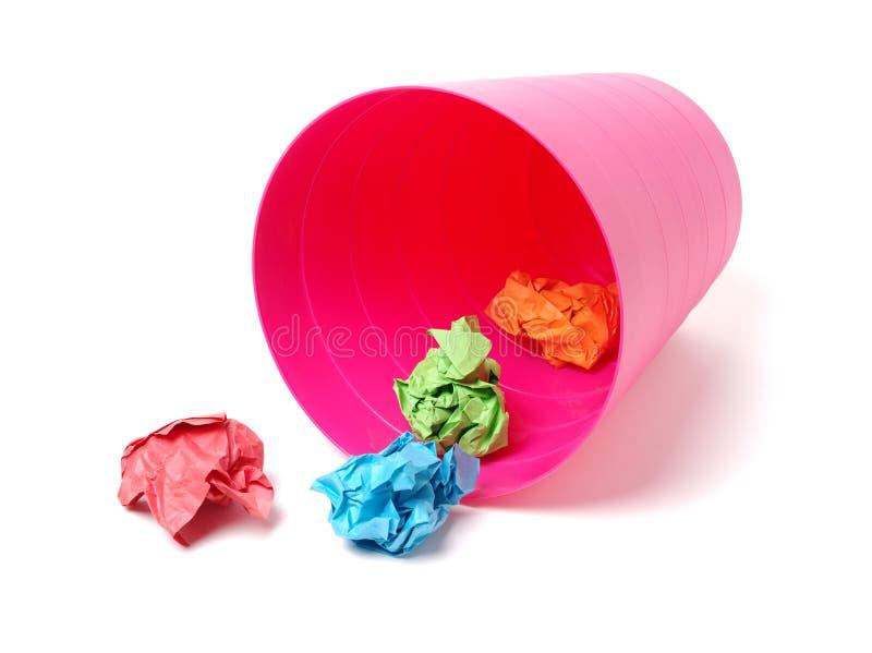Plástico del bote de basura y papel arrugado de la bola del color imagenes de archivo