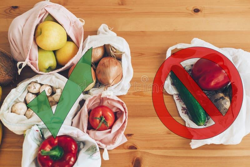 Plástico do uso da proibição único Conceito waste zero da compra Mantimentos frescos em sacos reusáveis do eco e vegetais no poli fotografia de stock