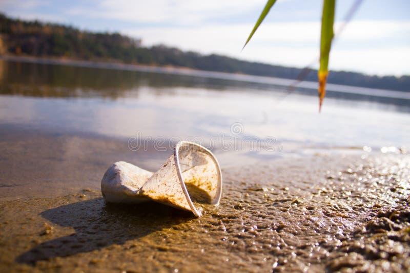 plástico em um lago fotos de stock