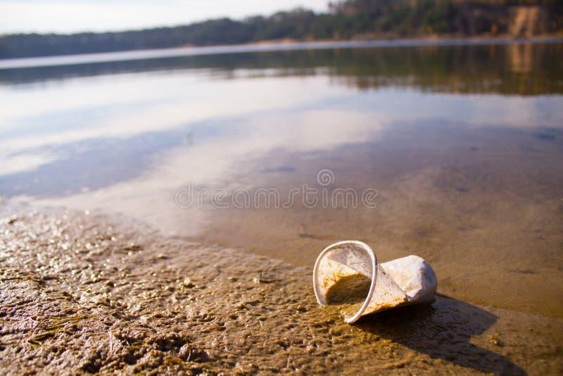 plástico em um lago imagem de stock