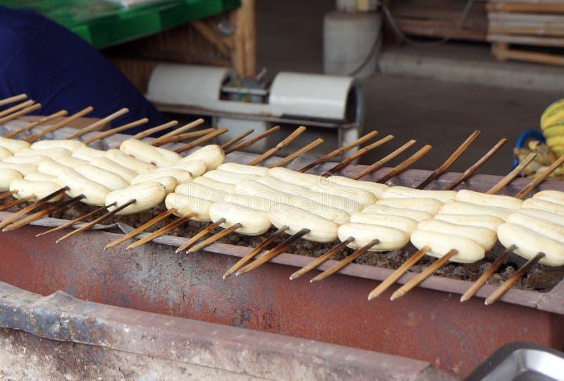 Plátano asado a la parrilla o asado Alimento de la calle en Tailandia foto de archivo