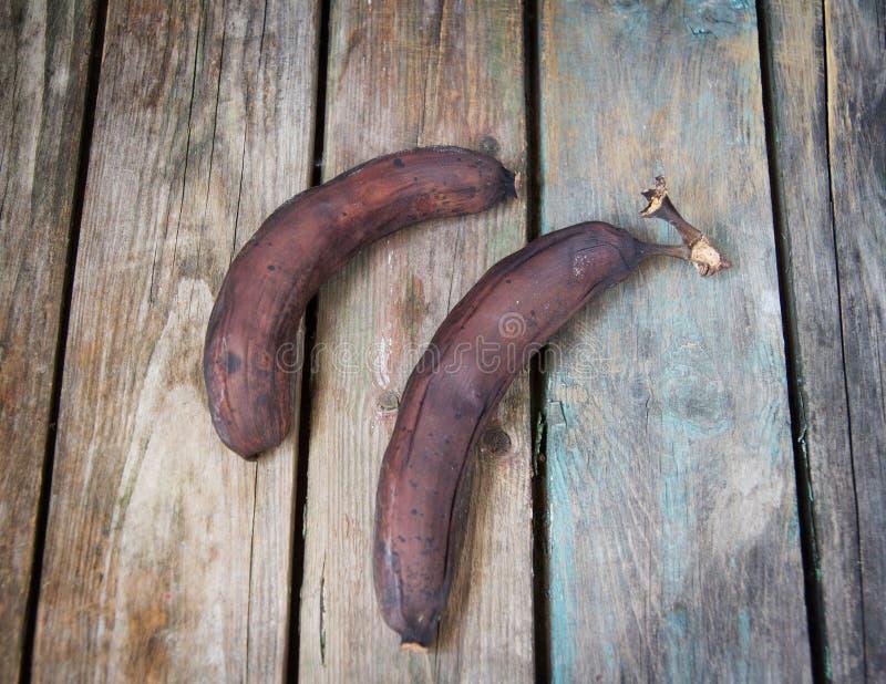 Plátano demasiado maduro, putrefacto y negro fotos de archivo