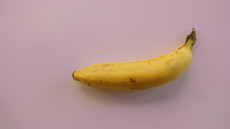 Plátano fresco en fondo magenta imagenes de archivo