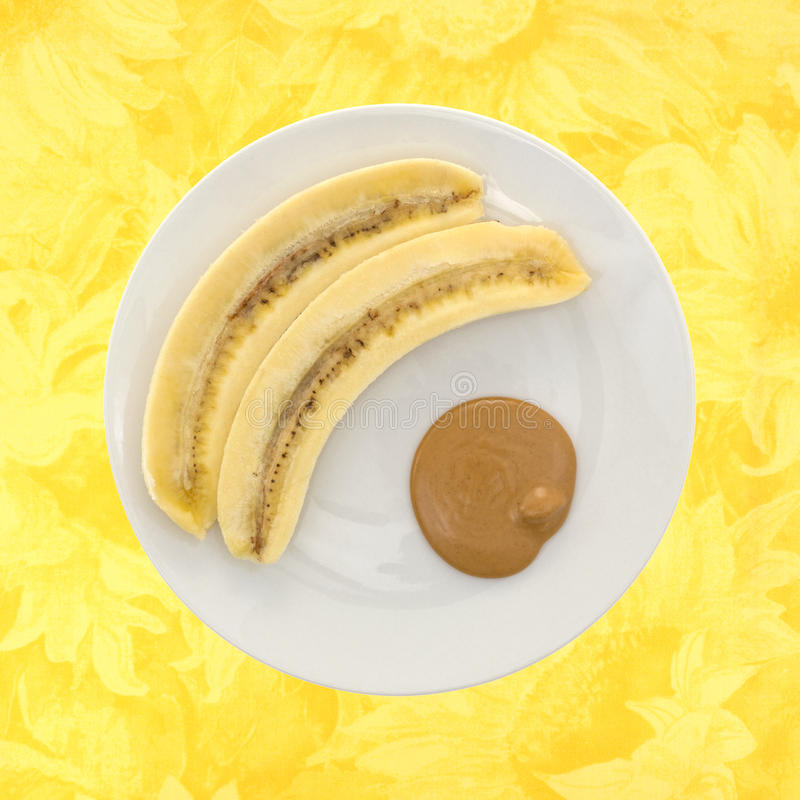 Plátano maduro del corte y una porción de mantequilla de cacahuete fotografía de archivo
