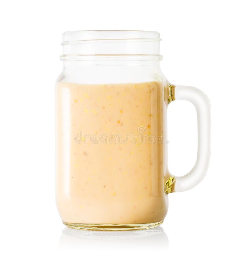 Plátano o smoothie o yogur de la vainilla en tarro de albañil imagenes de archivo