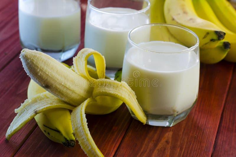Plátano y leche foto de archivo libre de regalías