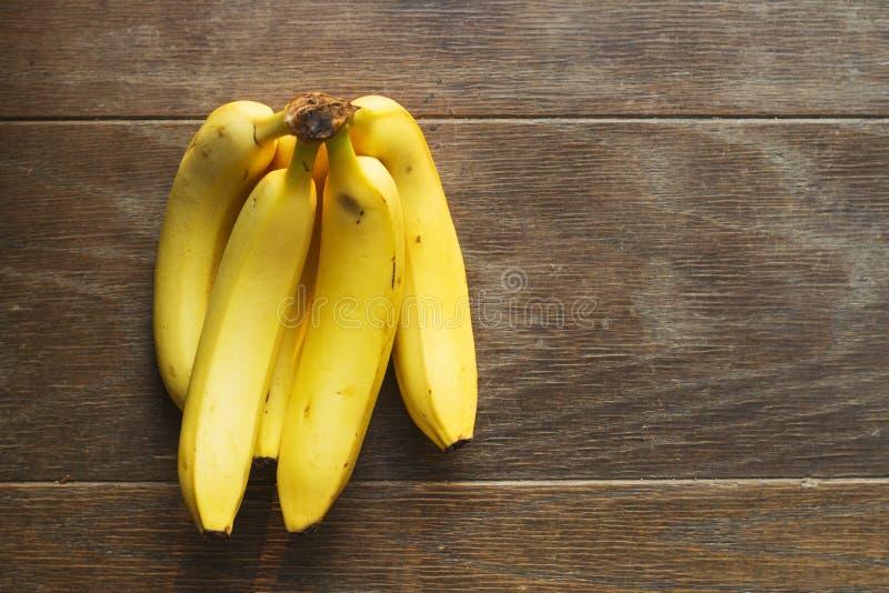 Plátanos amarillos en la tabla imagen de archivo libre de regalías