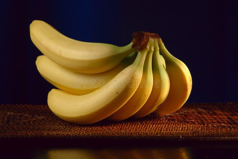 Plátanos delante del fondo negro imagen de archivo libre de regalías