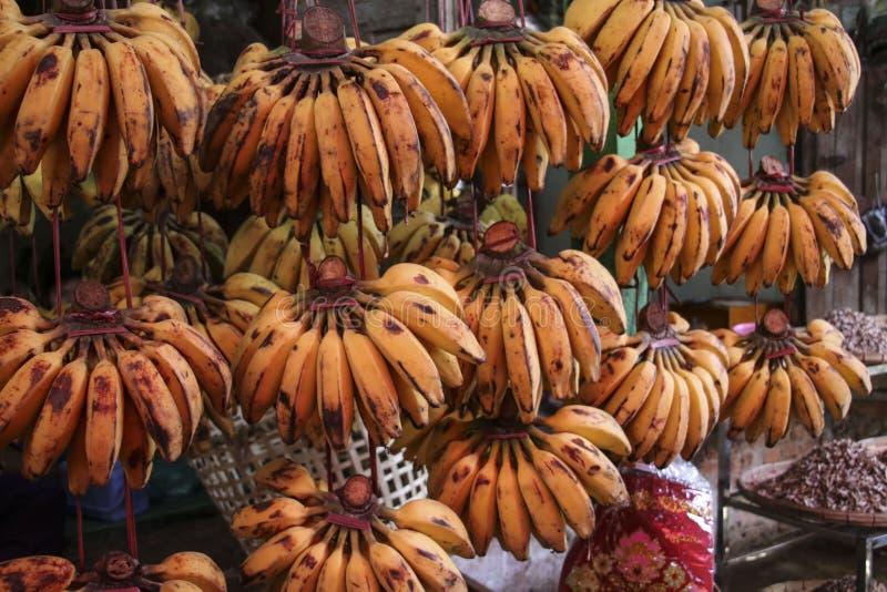 Plátanos en el mercado en Myanmar, Asia imagenes de archivo