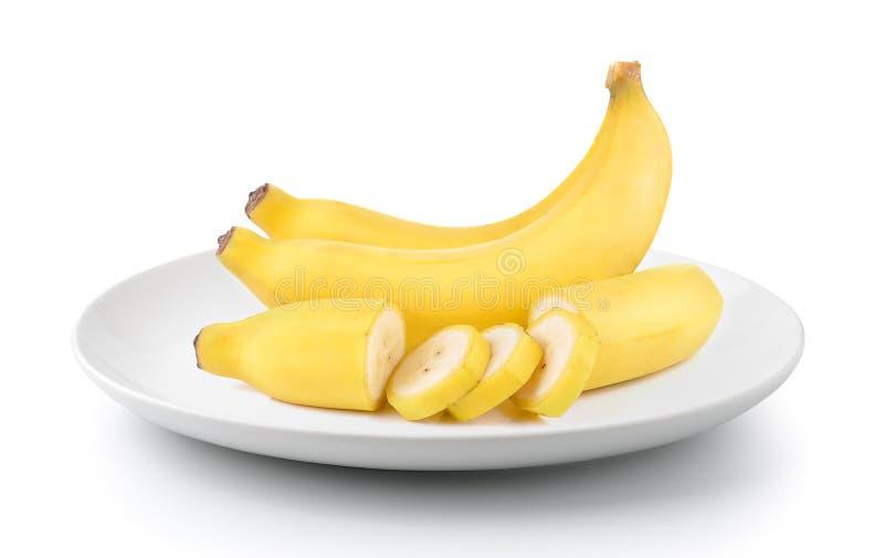 Plátanos en una placa aislada en un fondo blanco imagen de archivo