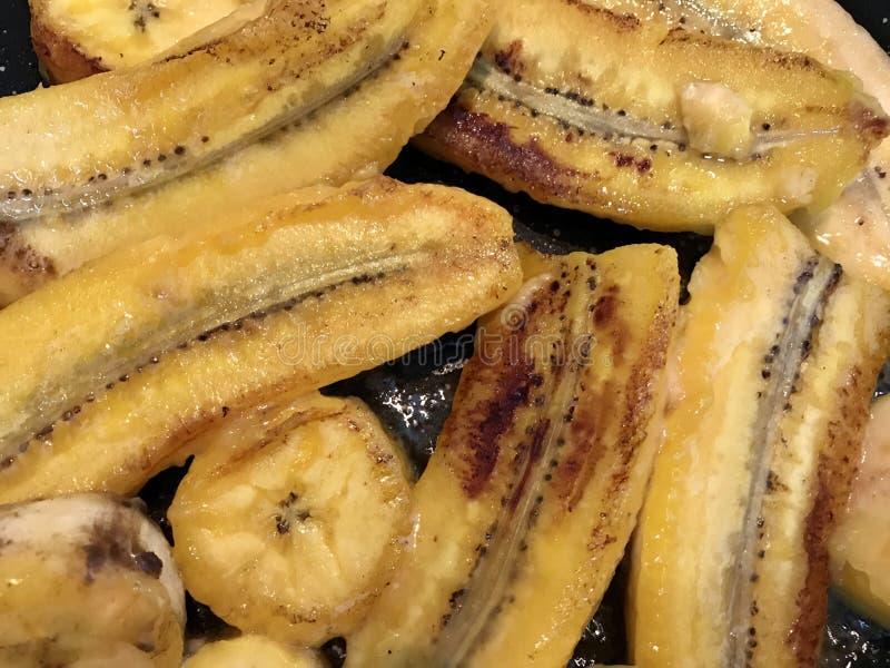 Plátanos fritos amarillos del Caribe del plato vegetariano de la cocina - árboles planos en mantequilla o el aceite vegetal fotos de archivo libres de regalías
