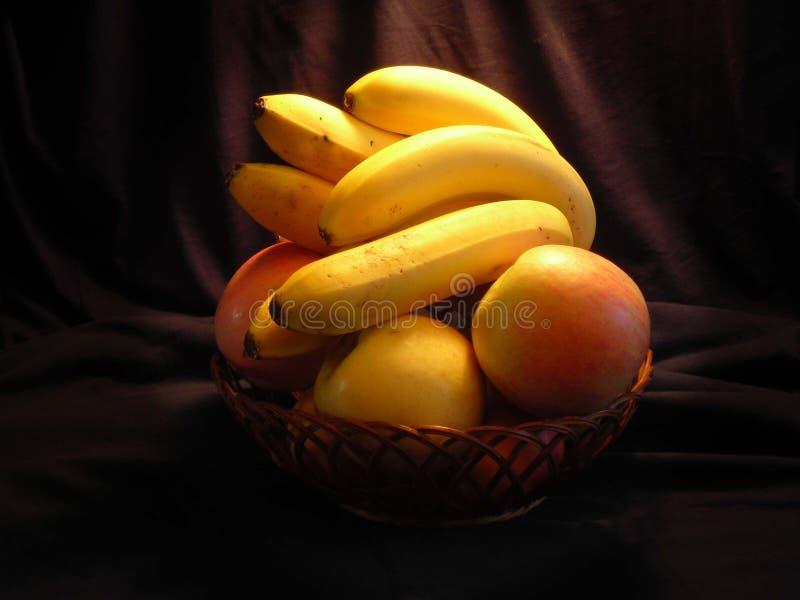 Plátanos y manzanas foto de archivo