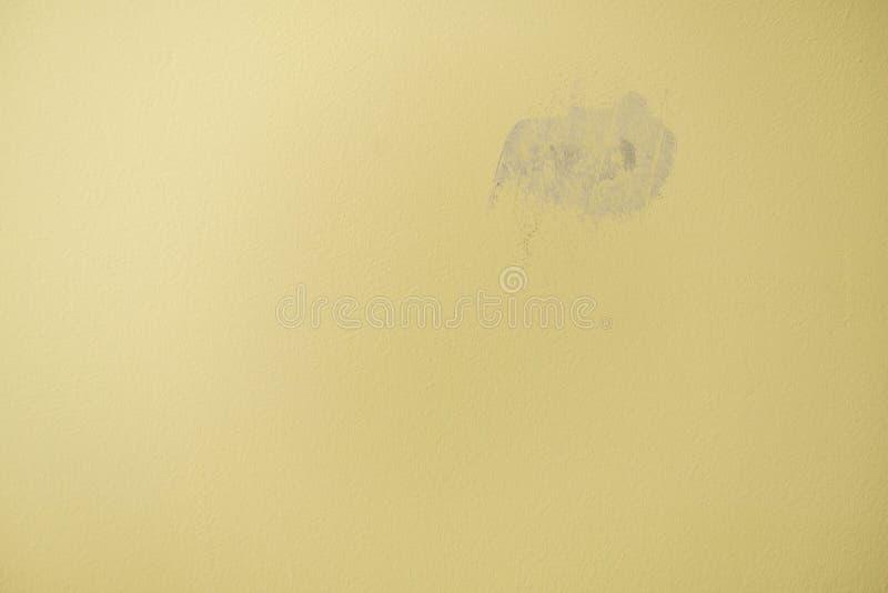Plâtré avec le trou de gypse dans le mur jaune images libres de droits