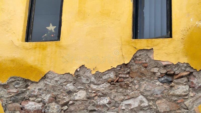Plâtre jaune et mur de roche en ruines, Mexique image libre de droits