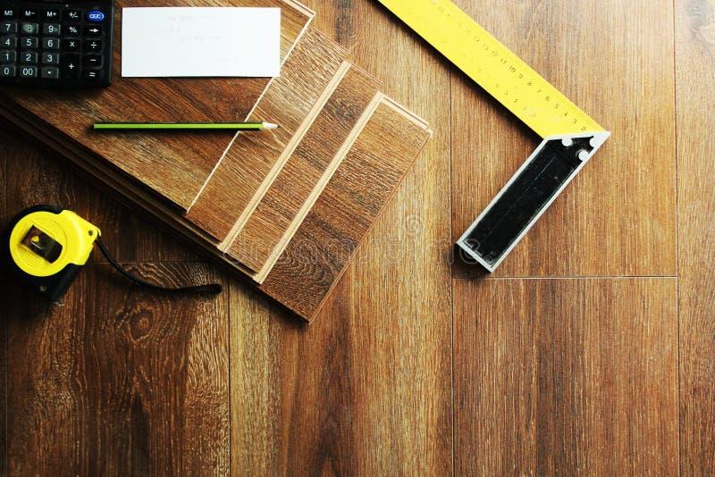 Plätera golvplankor och hjälpmedel på träbakgrund fotografering för bildbyråer