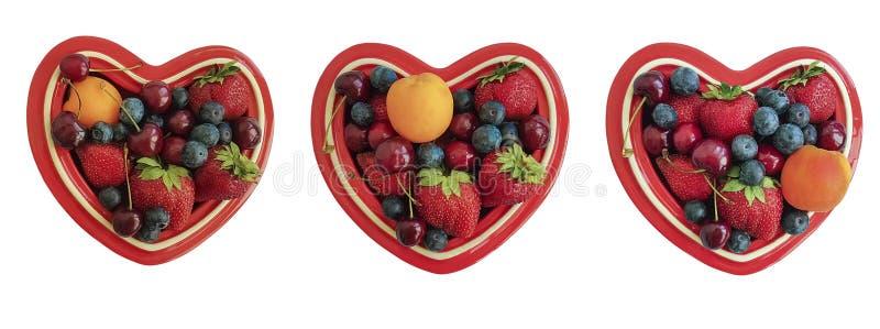 Plätera hjärta, fruktbär, körsbäret, jordgubben, det isolerade blåbäret fotografering för bildbyråer