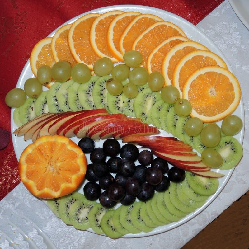 Plätera med utmärkt skivad och komplex frukt royaltyfri foto