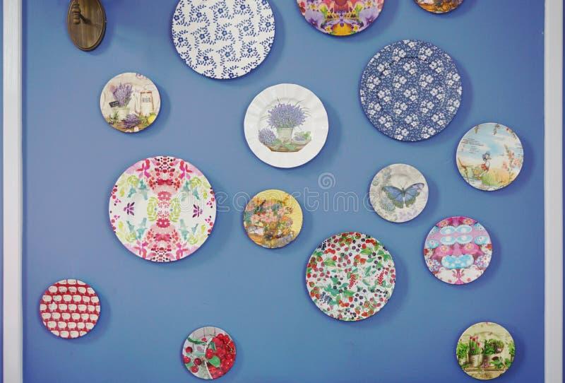 Pläterar garnering på väggen royaltyfria bilder