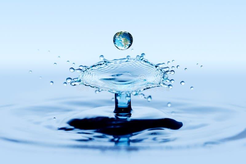 Plätschern Sie und spritzen Sie - Zusammenstoßeffekt des fallenden Tropfens des Wassers zwei lizenzfreie stockfotografie