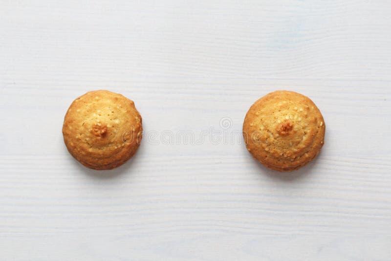 Plätzchen auf einem weißen Hintergrund, ähnlich weiblichen Nippeln Sexy Nippel in Form von Plätzchen Stimmung, doppelte Bedeutung lizenzfreie stockbilder