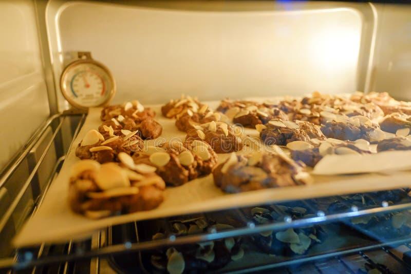 Plätzchen backen im heißen Ofen stockfotografie