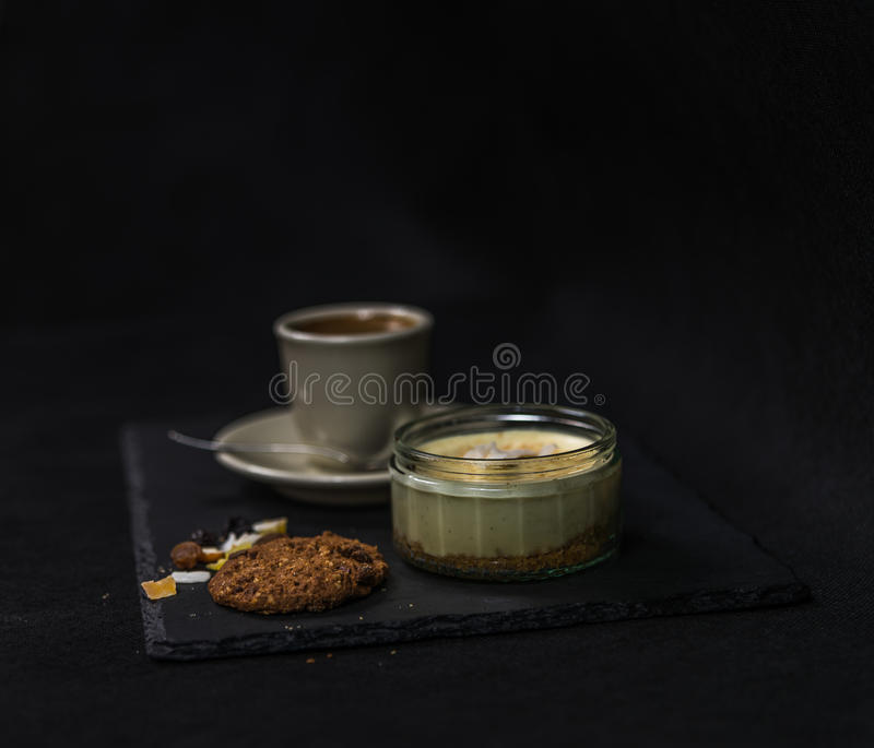 Plätzchen der Süßspeise und der brauner Butter, aromatischer schwarzer Kaffee herein stockbilder