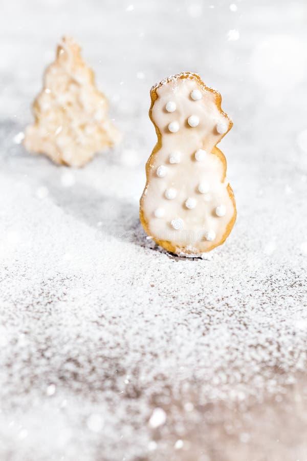 Plätzchen, die Schneemann- und Weihnachtsbaum formen, Puderzucker und stockbild