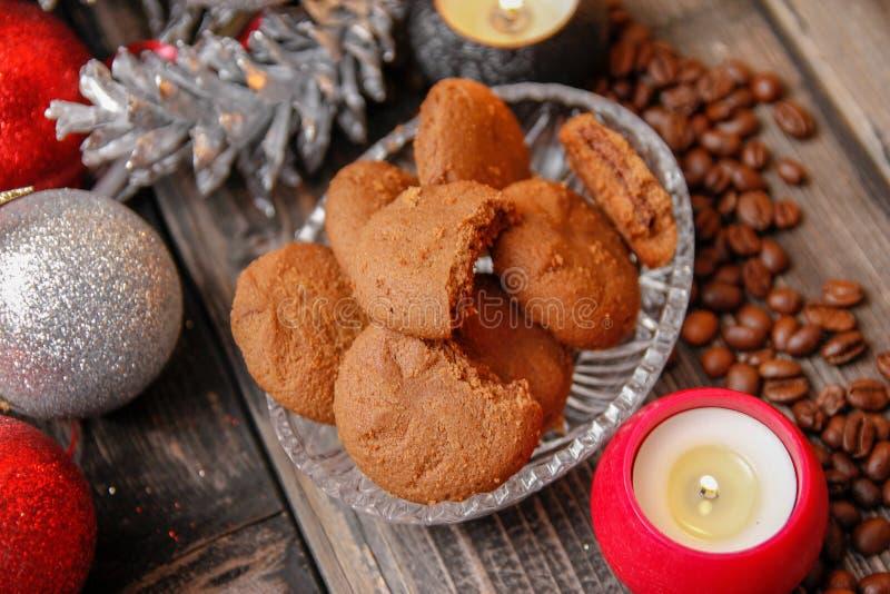 Plätzchen gefüllt mit Schokolade, Weihnachtsbällen, Kerzen und Kaffeebohnen stockbilder