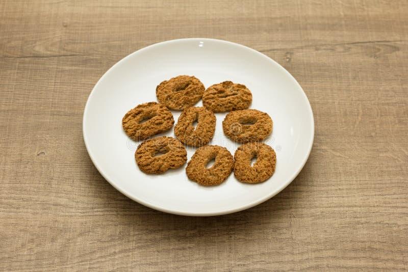 Plätzchen mit einem Loch, süße Versuchung Nachtisch auf weißem Teller und lizenzfreie stockbilder