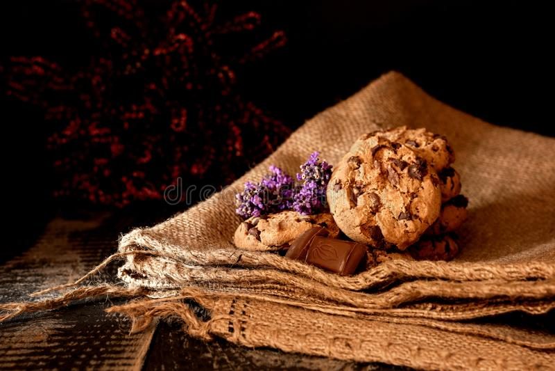 Plätzchen mit Schokolade auf einer Jutefasertasche mit Lavendel stockbild