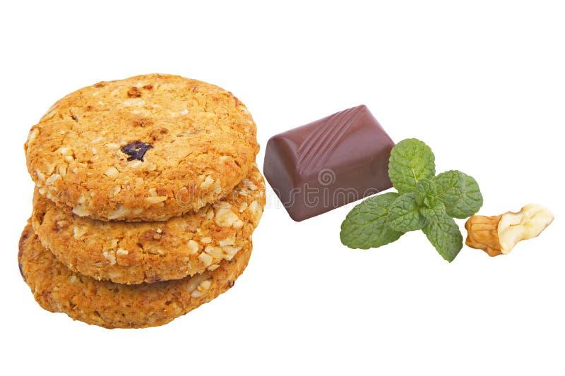 Plätzchen mit Schokolade und Nüssen auf Weiß stockfotos