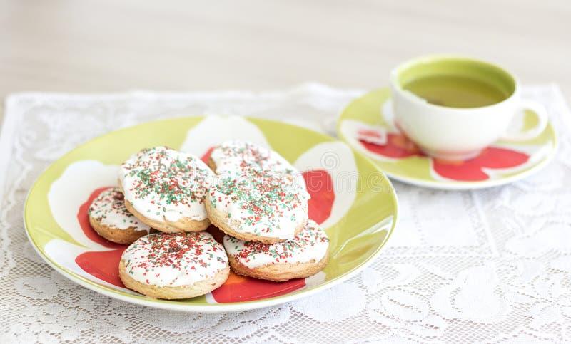 Plätzchen und eine Tasse Tee lizenzfreies stockbild