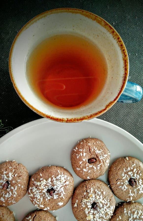 Plätzchen und eine Tasse Tee stockbild