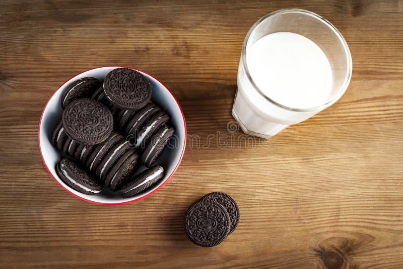 Plätzchen und Milch stockfoto