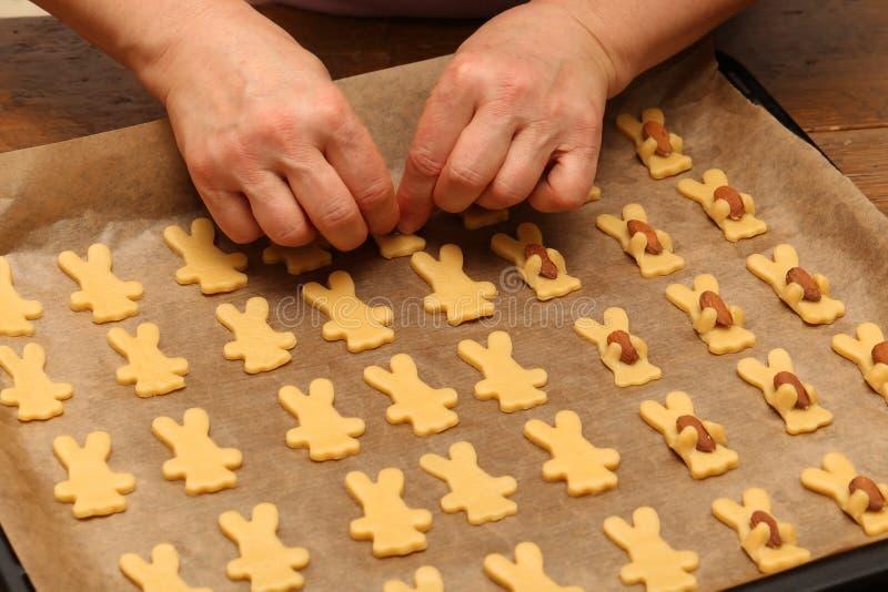 Plätzchen werden für das Weihnachtsfest gebacken stockfoto